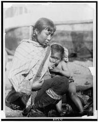 Femme Eskimo inuit allaitant son bébé Circa 1908 Library of Congress - USA