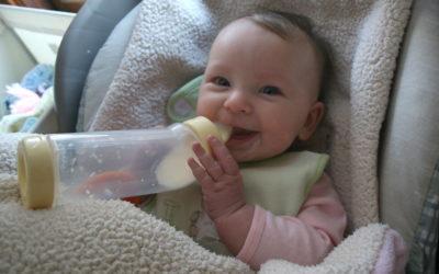 Proposer un biberon au bébé qui le refuse
